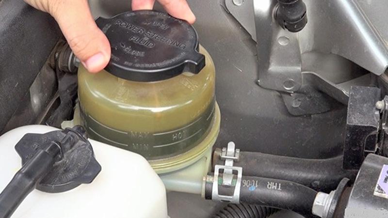 Bơm trợ lực lái hư hỏng gây ra hiện tượng rò rỉ dầu