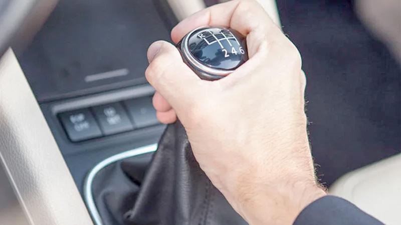 Hãy kiểm tra lại cần số khi khởi động xe