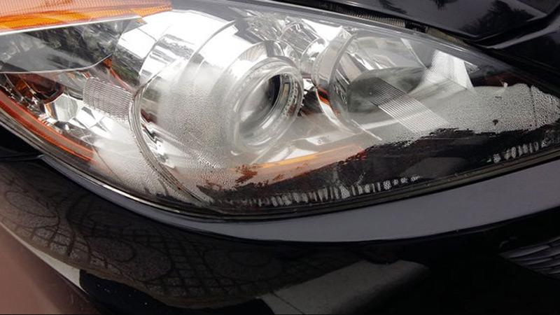 Đèn pha ô tô bị hấp hơi nước